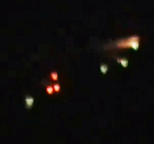 Ufo fliegt in den vulkan popocatépetl